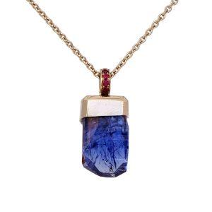 Tansanit mit natürlichen unbehandelten Kristallflächen in 750/... weiß Gold mit Rubinen im Verschnitt gefasst