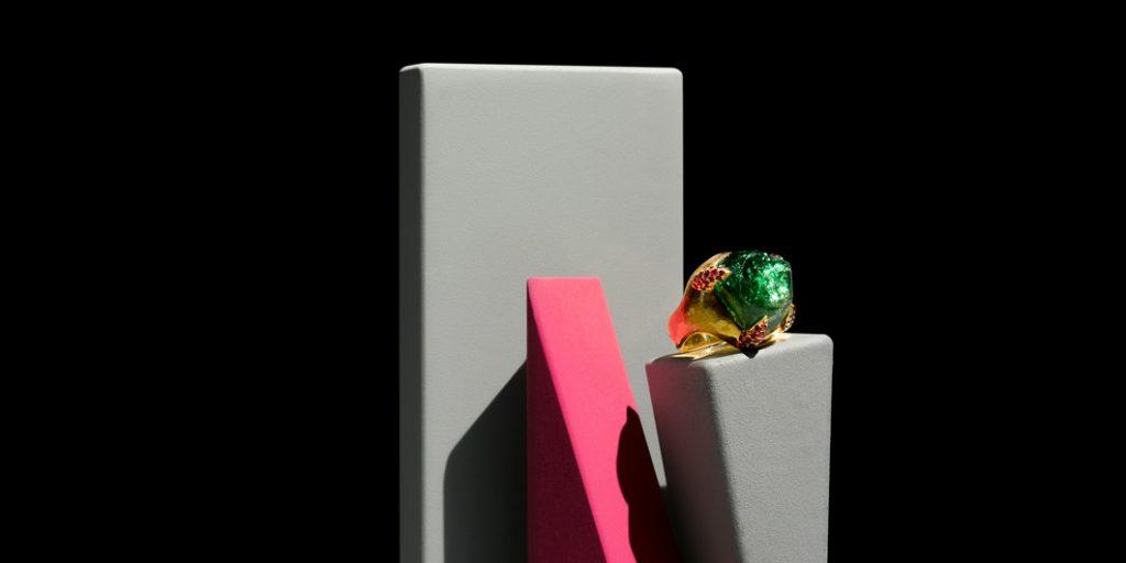 individueller Ring in 900/... Gold Chrom Turmalin mit natürlichen unbehandelten Kristallflächen 28,31ct 69 Rubine im verschnitt gefasst