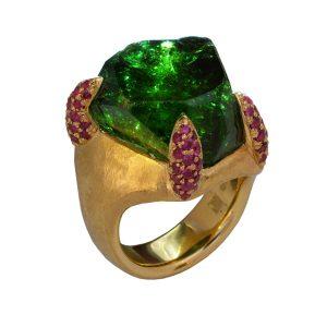Ring in 900/... Gold Chrom Turmalin mit natürlichen unbehandelten Kristallflächen 28,31ct 69 Rubine im verschnitt gefasst